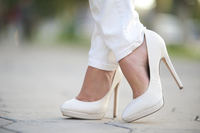 Зачастую каблук и подошва белых туфель выполняются в бежевом цвете, что делает такие туфли ещё более практичными