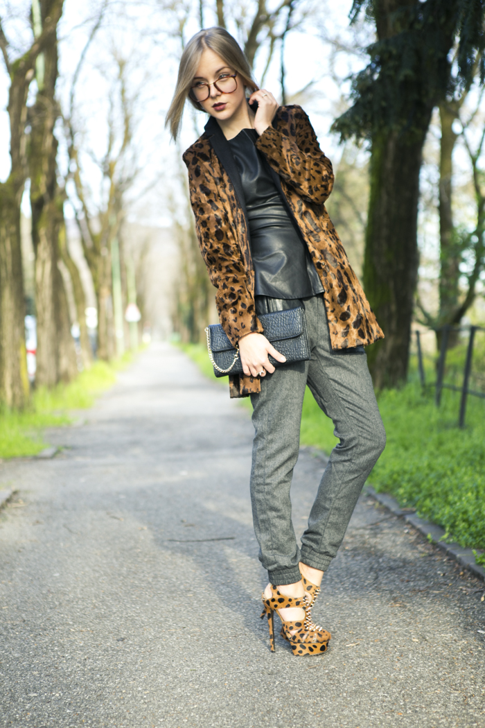 thecablook fashion blog darya kamalova street style vj style leather peplum top peg trousers kandee shoes leopard heels lulus black clutch forever 21 ring spikes giant vintage glasses-20