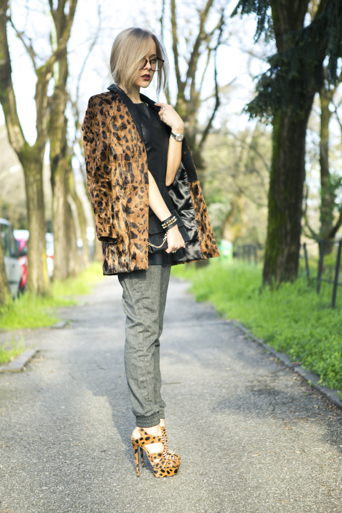 thecablook fashion blog darya kamalova street style vj style leather peplum top peg trousers kandee shoes leopard heels lulus black clutch forever 21 ring spikes giant vintage glasses-29