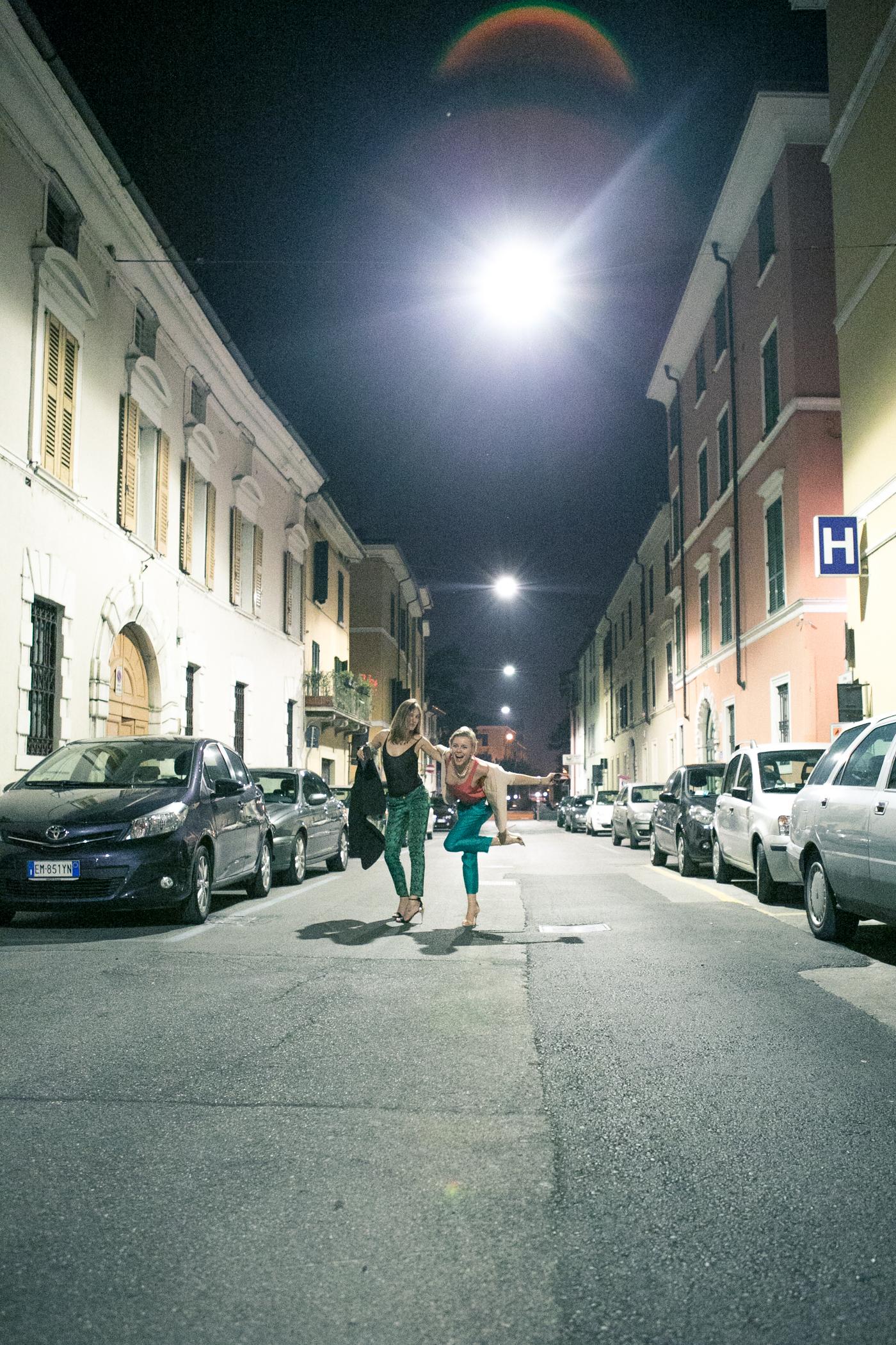 thecablook darya kamalova fashion blog street style asos pants hm top coral beige jacket zara heels brescia at night franco bar piazza duomo-33