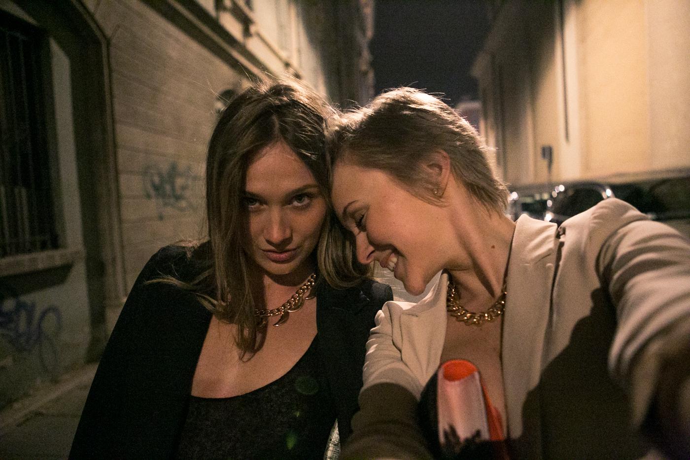 thecablook darya kamalova fashion blog street style asos pants hm top coral beige jacket zara heels brescia at night franco bar piazza duomo-35