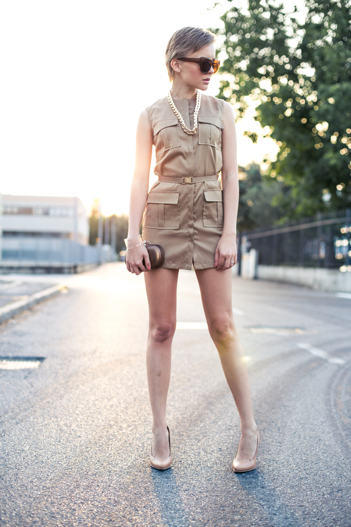 thecablook darya kamalova fashion blog street style lavish alice dress camel mmm maison martin margiela for hm transparent wedges dvf diane von furstenberg clutch backstage chain necklace sunset pixie haircut short hair blonde-20
