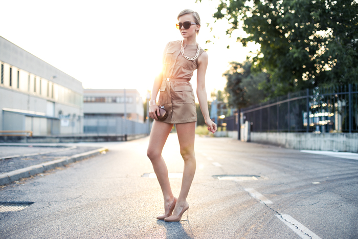 thecablook darya kamalova fashion blog street style lavish alice dress camel mmm maison martin margiela for hm transparent wedges dvf diane von furstenberg clutch backstage chain necklace sunset pixie haircut short hair blonde-4