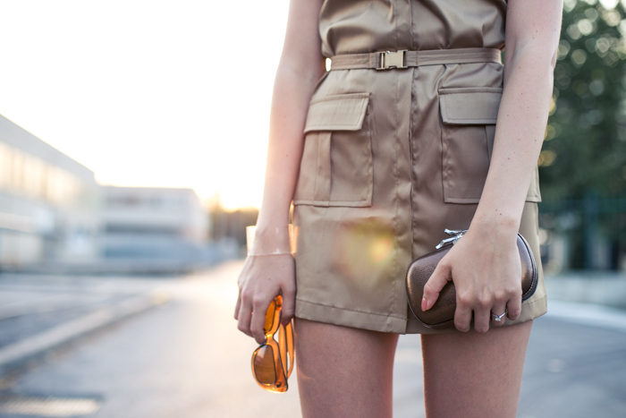 thecablook darya kamalova fashion blog street style lavish alice dress camel mmm maison martin margiela for hm transparent wedges dvf diane von furstenberg clutch backstage chain necklace sunset pixie haircut short hair blonde-40