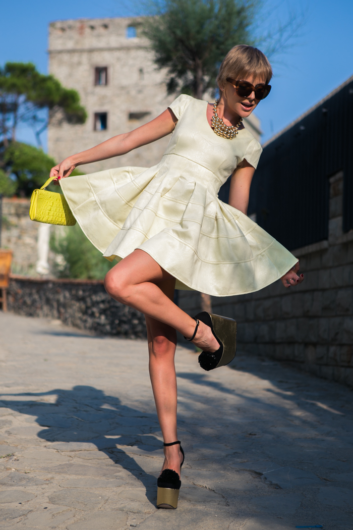 thecablook darya kamalova fashion blog street style monterosso al mare cinqueterre chicwish yellow baby doll dress asos gold wedges giant vintage sunglasses furla clutch hm necklace pixie hairtcut short hair blonde-10