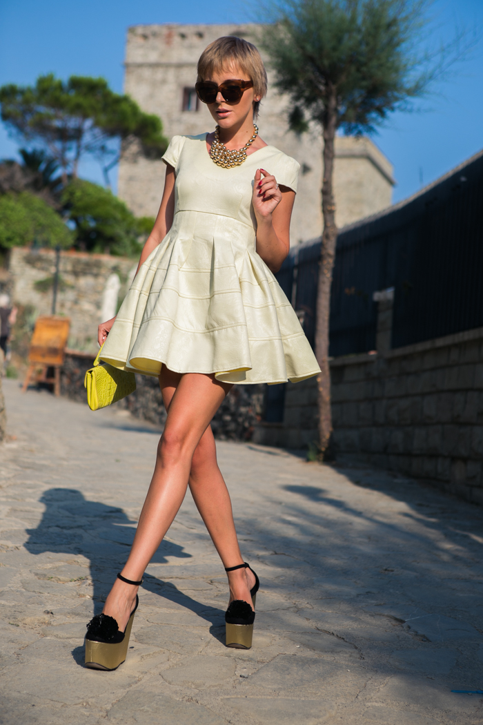 thecablook darya kamalova fashion blog street style monterosso al mare cinqueterre chicwish yellow baby doll dress asos gold wedges giant vintage sunglasses furla clutch hm necklace pixie hairtcut short hair blonde-20