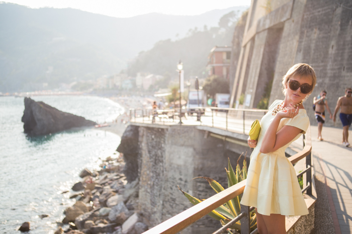thecablook darya kamalova fashion blog street style monterosso al mare cinqueterre chicwish yellow baby doll dress asos gold wedges giant vintage sunglasses furla clutch hm necklace pixie hairtcut short hair blonde-67