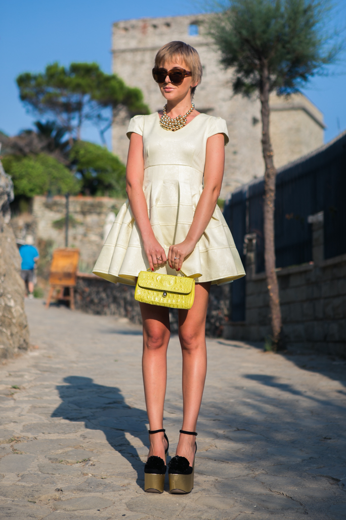 thecablook darya kamalova fashion blog street style monterosso al mare cinqueterre chicwish yellow baby doll dress asos gold wedges giant vintage sunglasses furla clutch hm necklace pixie hairtcut short hair blonde