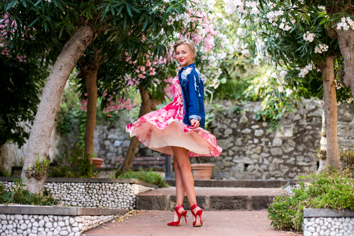 thecablook darya kamalova fashion blog street style monterosso al mare cinqueterre italy sheinside flower silk dress romwe ripped denim jacket steven red heels vintage black leather bag pixie haircut short hair-15