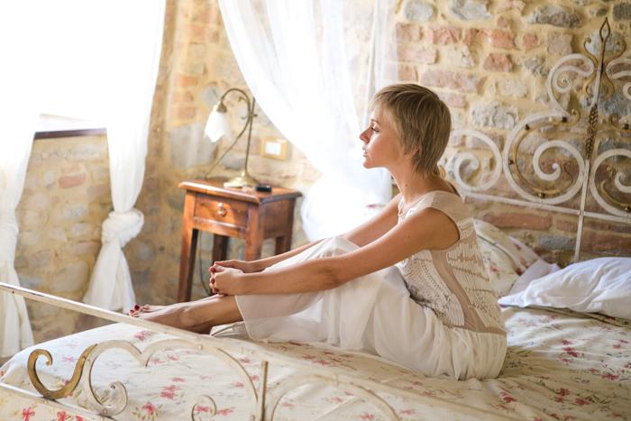 thecablook darya kamalova fashion blog street  style castello antico borgo di tabiano chicwish white dress pixie haircut short hair blonde castle daylight romantic-4