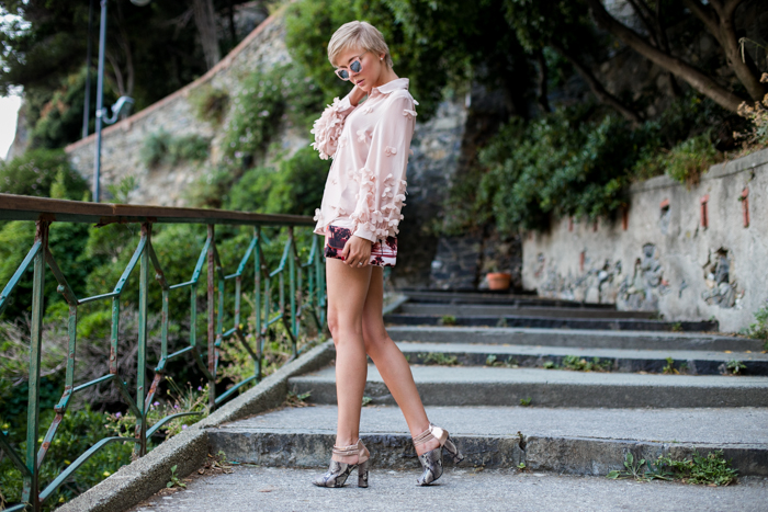 thecablook darya kamalova fashion blog street style monterosso al mare cinqueterre liguria chicwish shirt zara shorts pale rose asos sunnies juicy couture clutch-3