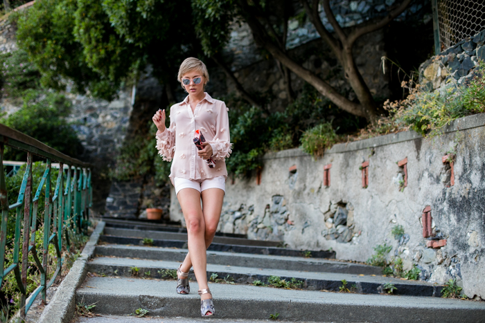 thecablook darya kamalova fashion blog street style monterosso al mare cinqueterre liguria chicwish shirt zara shorts pale rose asos sunnies juicy couture clutch-5