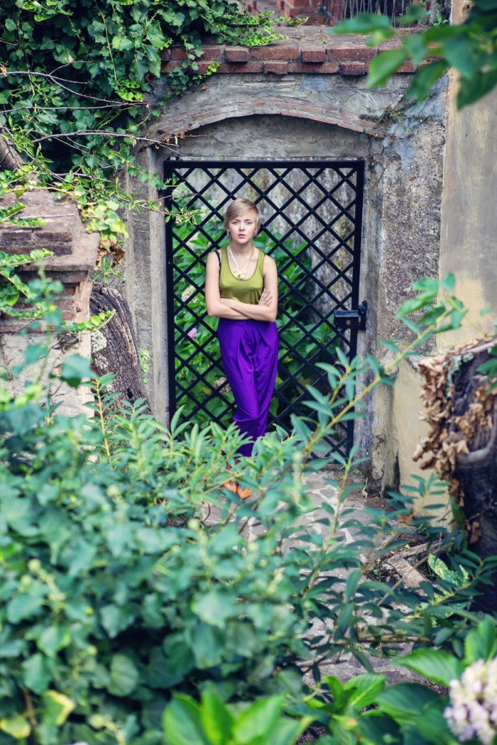 darya kamalova thecablook com fashion blog street style asos purple peg leg pants olive top and other stories statement necklace tuscany toscana villa italia italy casadei orange heels short hair pixie cut-2 копия