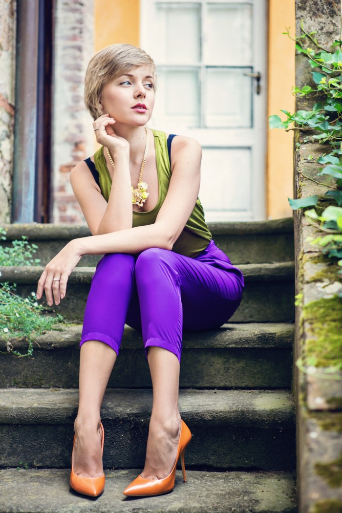 darya kamalova thecablook com fashion blog street style asos purple peg leg pants olive top and other stories statement necklace tuscany toscana villa italia italy casadei orange heels short hair pixie cut-22 копия