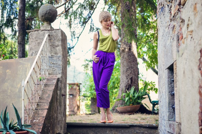 darya kamalova thecablook com fashion blog street style asos purple peg leg pants olive top and other stories statement necklace tuscany toscana villa italia italy casadei orange heels short hair pixie cut-29 копия