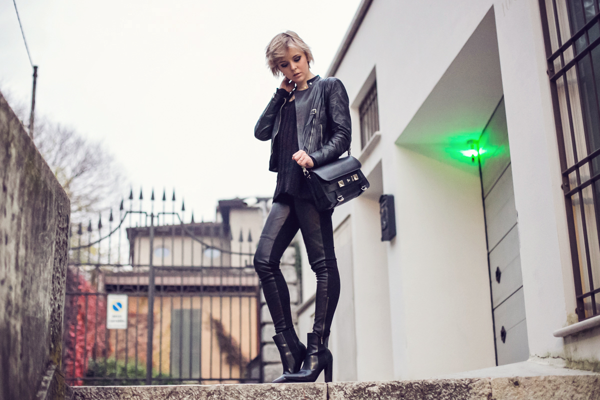 darya kamalova thecablook fashion blog street style pixie hair cut blonde alpinestars giveaway omaggio proenza schouler ps11 bag baldinini leather biker jacket zara booties gogo philip and other stories tiny rings total black smoky eyes ootd outfit-7