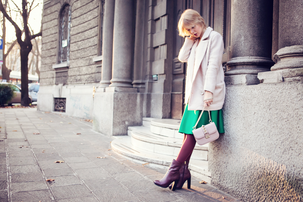darya kamalova thecablook fashion blog russian blogger italy moda street style pixie short hair fashion blogger chichwish green midi skirt pale rose sweater cocon coat asos ankle boots valentibo stud rock bag brescia-2 copy