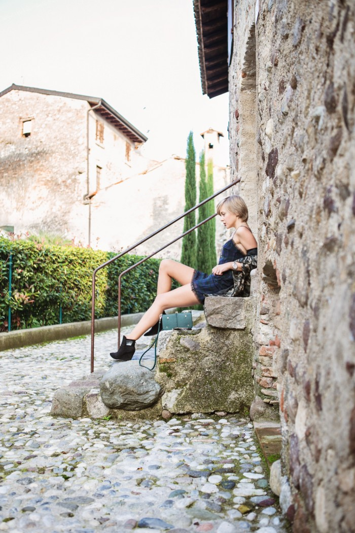 darya kamalova thecablook fashion blog russian blogger italy moda street style pixie short hair fashion blogger zara dress lace choies camo jacket black booties and other stories clutch giant vintage sunglasses-36 копия