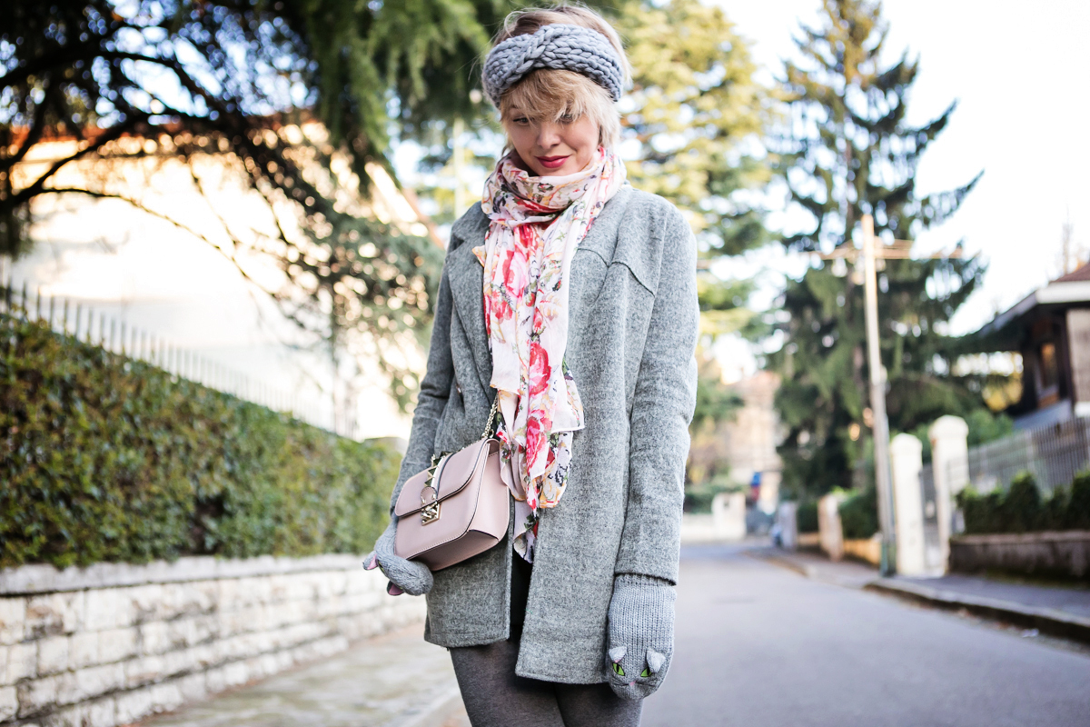 darya kamalova thecablook fashion blog russian blogger italy moda street style pixie short hair fashion blogger zara sweater lace shorts cat mittens kitten sam edelman sheinside grey coat revolve clothing valentino studded rose rock bag_-22 copy