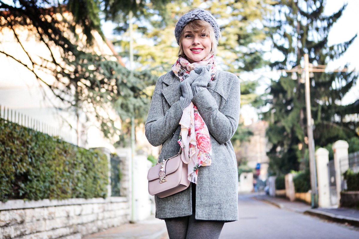 darya kamalova thecablook fashion blog russian blogger italy moda street style pixie short hair fashion blogger zara sweater lace shorts cat mittens kitten sam edelman sheinside grey coat revolve clothing valentino studded rose rock bag_-25 copy