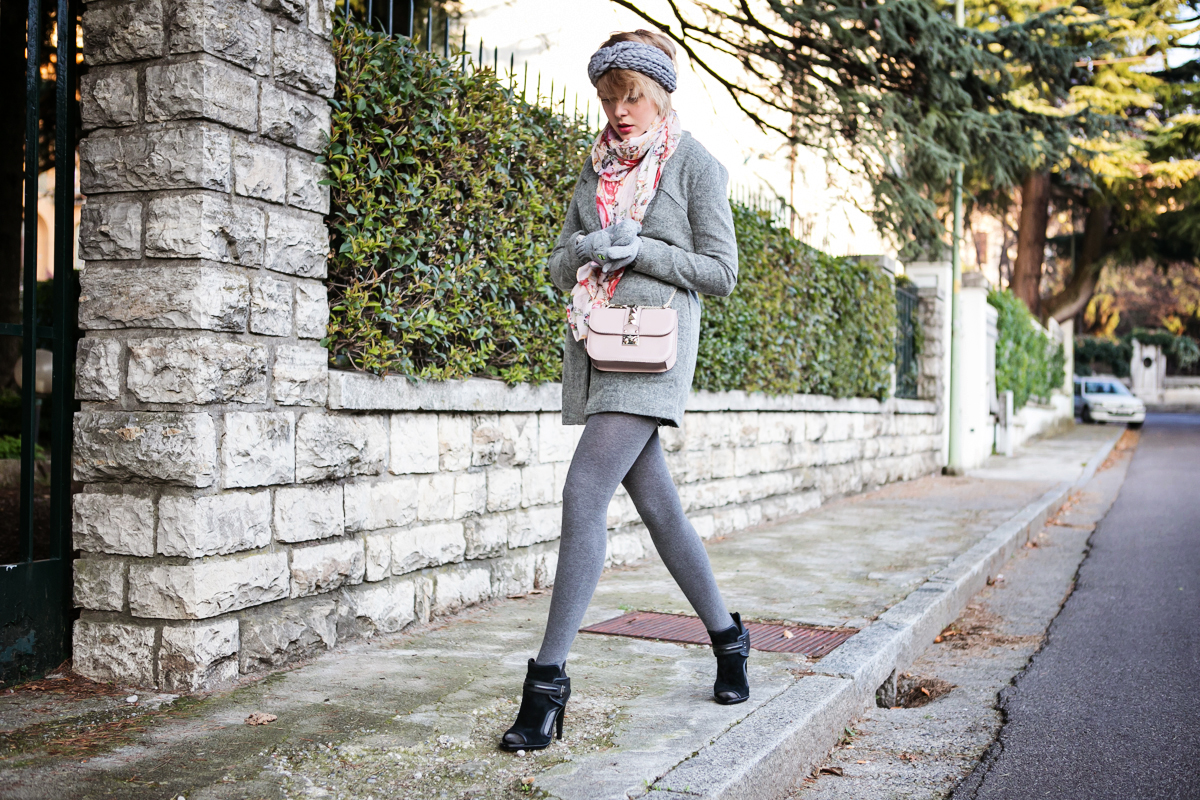 darya kamalova thecablook fashion blog russian blogger italy moda street style pixie short hair fashion blogger zara sweater lace shorts cat mittens kitten sam edelman sheinside grey coat revolve clothing valentino studded rose rock bag_-3 copy