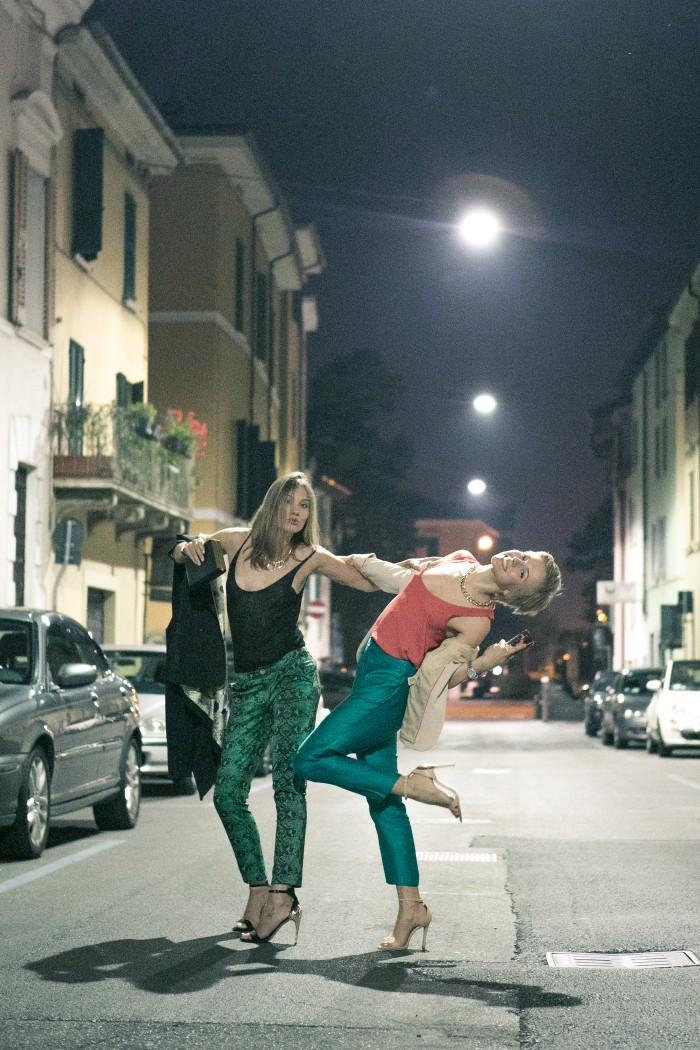 thecablook darya kamalova fashion blog street style asos pants hm top coral beige jacket zara heels brescia at night franco bar piazza duomo-34