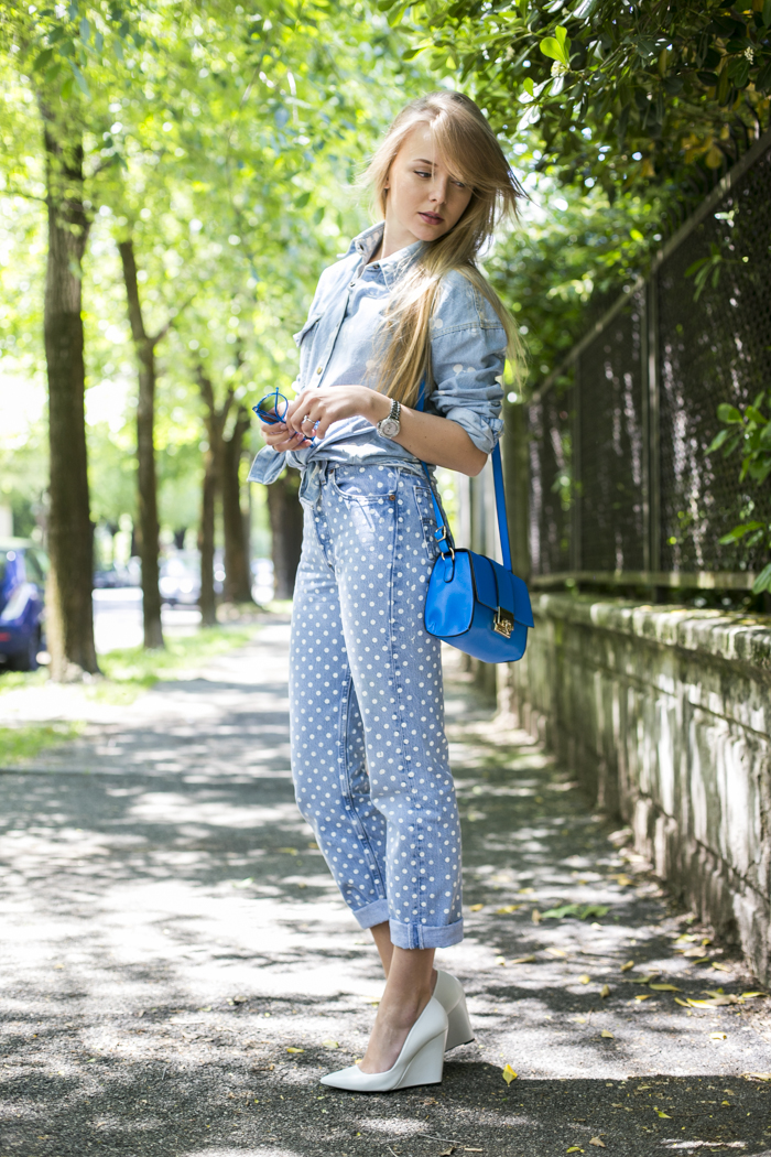 thecablook darya kamalova fashion blog street style different501 polka dot boyfriend jeans mikkey mouse denim shirt asos blue bag zara white leather wedges blonde girl long hair outfit trend giant vintage sunglasses-3