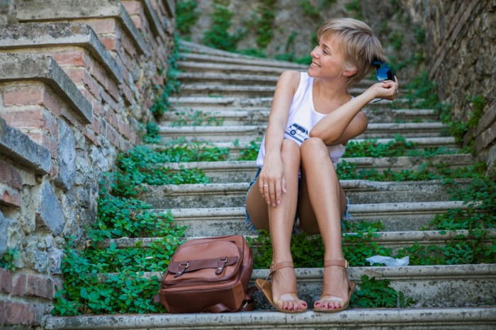 thecablook darya kamalova fashion blog street style homies reason clothing romwe denim riped shorts backpack brown leather tabiano castle borgo di tabiano_-28