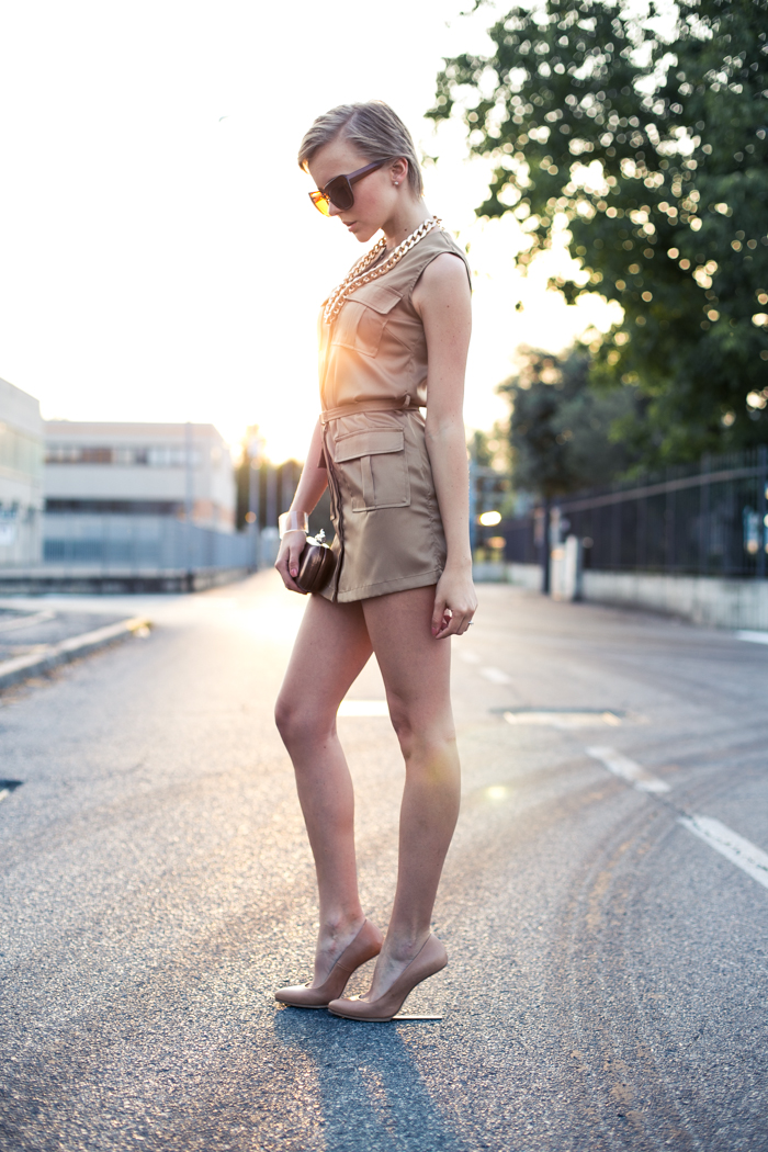thecablook darya kamalova fashion blog street style lavish alice dress camel mmm maison martin margiela for hm transparent wedges dvf diane von furstenberg clutch backstage chain necklace sunset pixie haircut short hair blonde-17