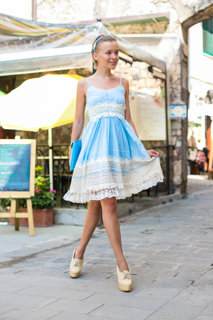 thecablook darya kamalova fashion blog street style monterosso al mare cinqueterre blue baby lace dress chicwish asos headband clutch burberry prosum summer booties straw wedges breakfast-66