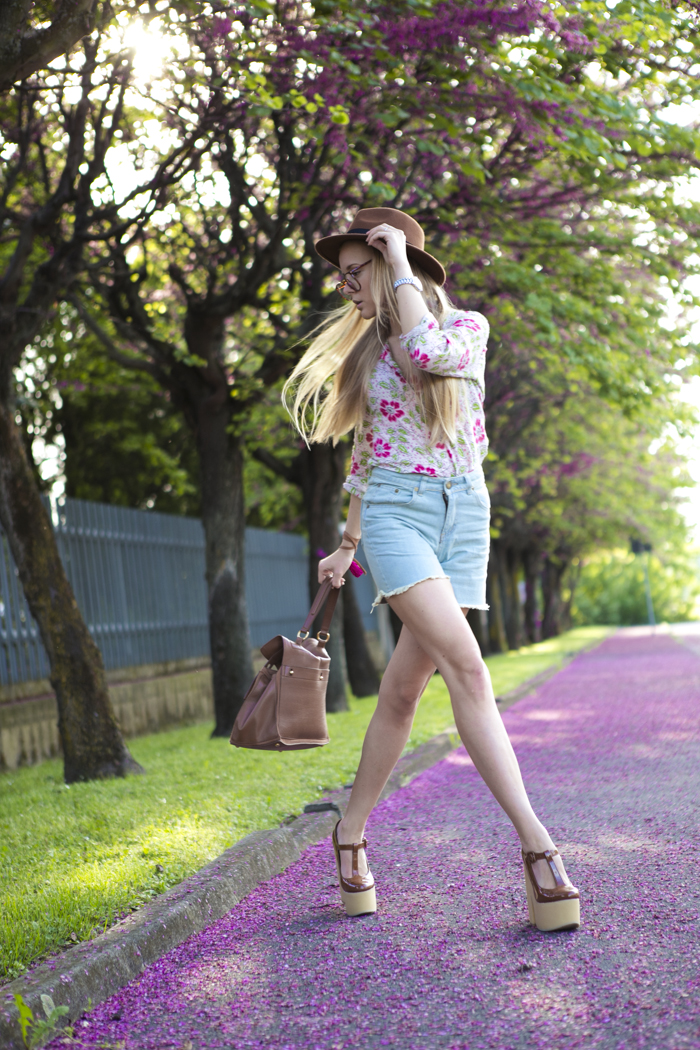 thecablook fashion blog darya kamalova street fashion sheinside jeans shorts pink flowers hm camel hat giant vintage sunies topshop caramel wedges vipi creation leather bracelet etro shirt ysl sl sain laurent muse2 2 muse bag_-27