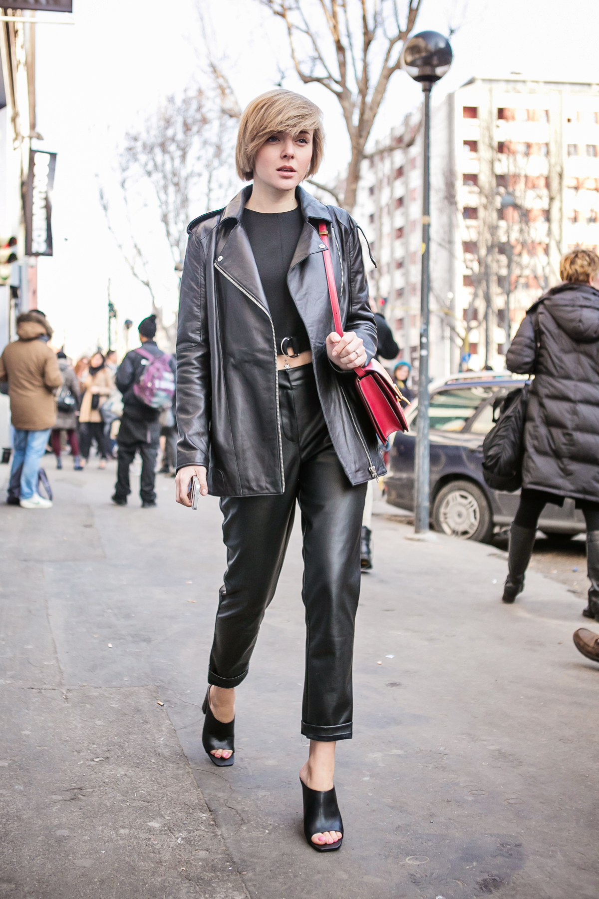 thecablook darya kamalova russian italian blogger street style short blonde hair mfw milan fashion dsquared fashion show celine classic box red leather asos pants zara crop top with belt black mules_-59