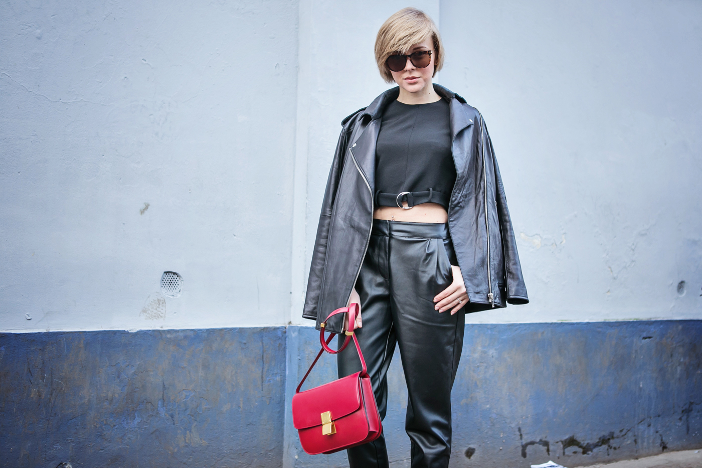 thecablook darya kamalova russian italian blogger street style short blonde hair mfw milan fashion dsquared fashion show celine classic box red leather asos pants zara crop top with belt black mules_-6