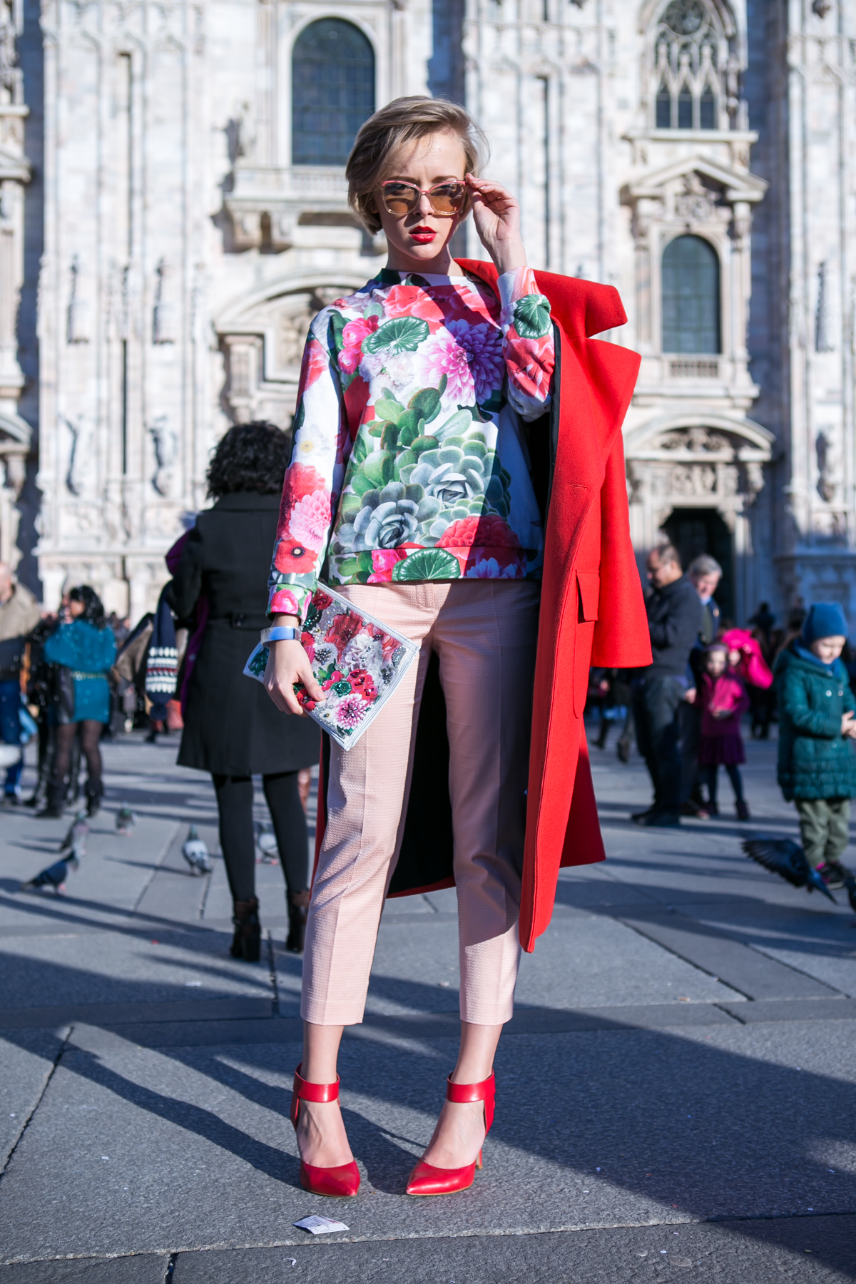 thecablook darya kamalova russian italian blogger street style short blonde hair mfw milan fashion week duomo safilo simone falcetta tods presentation uma wang fashion show long red coat-76