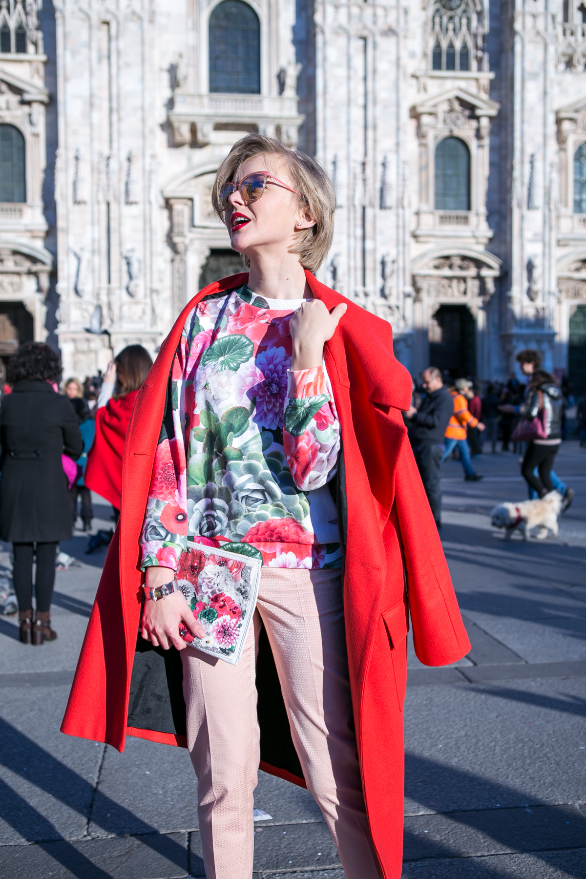thecablook darya kamalova russian italian blogger street style short blonde hair mfw milan fashion week duomo safilo simone falcetta tods presentation uma wang fashion show long red coat-79