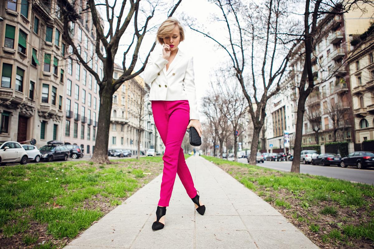 thecablook darya kamalova russian italian fashion blogger blonde short hair pixie cut street style milan fashion week mfw aw14 15 bottega veneta knot clutch genny total look fashion show milan atos lombardini heels white jacket pink trousers_-47 copy