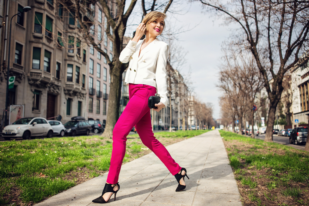 thecablook darya kamalova russian italian fashion blogger blonde short hair pixie cut street style milan fashion week mfw aw14 15 bottega veneta knot clutch genny total look fashion show milan atos lombardini heels white jacket pink trousers_-57 copy
