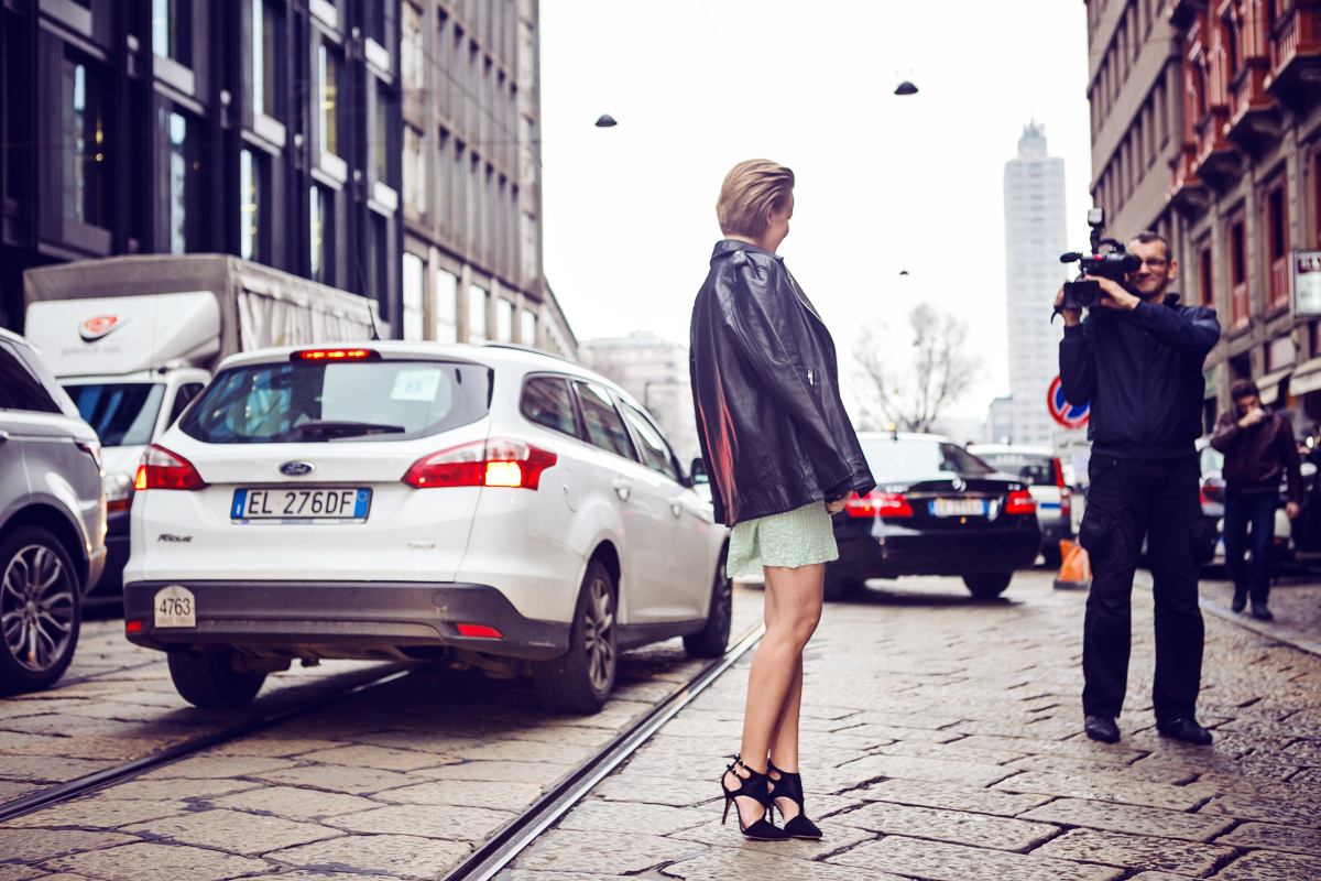 thecablook darya kamalova russian italian fashion blogger blonde short hair pixie cut street style milan fashion week mfw aw14 15 kristina t fashion show catwalk atos lombardini shoes heels bottega venete clutch knot asos leather jacket boyfriend-39 c