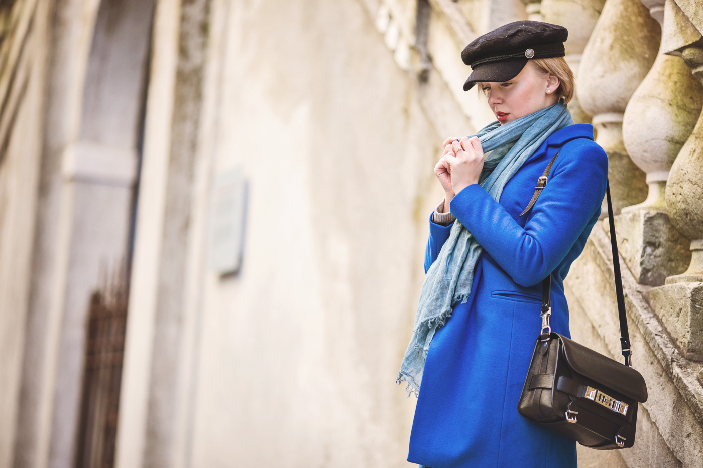 darya kamalova thecablook russian italian fashion bogger street style trend hm paris collection hat asos cobalt blue coat dr denim jeans ps11 proenza schouler bag bergamo cita alta centro storico italia italy-19 copy