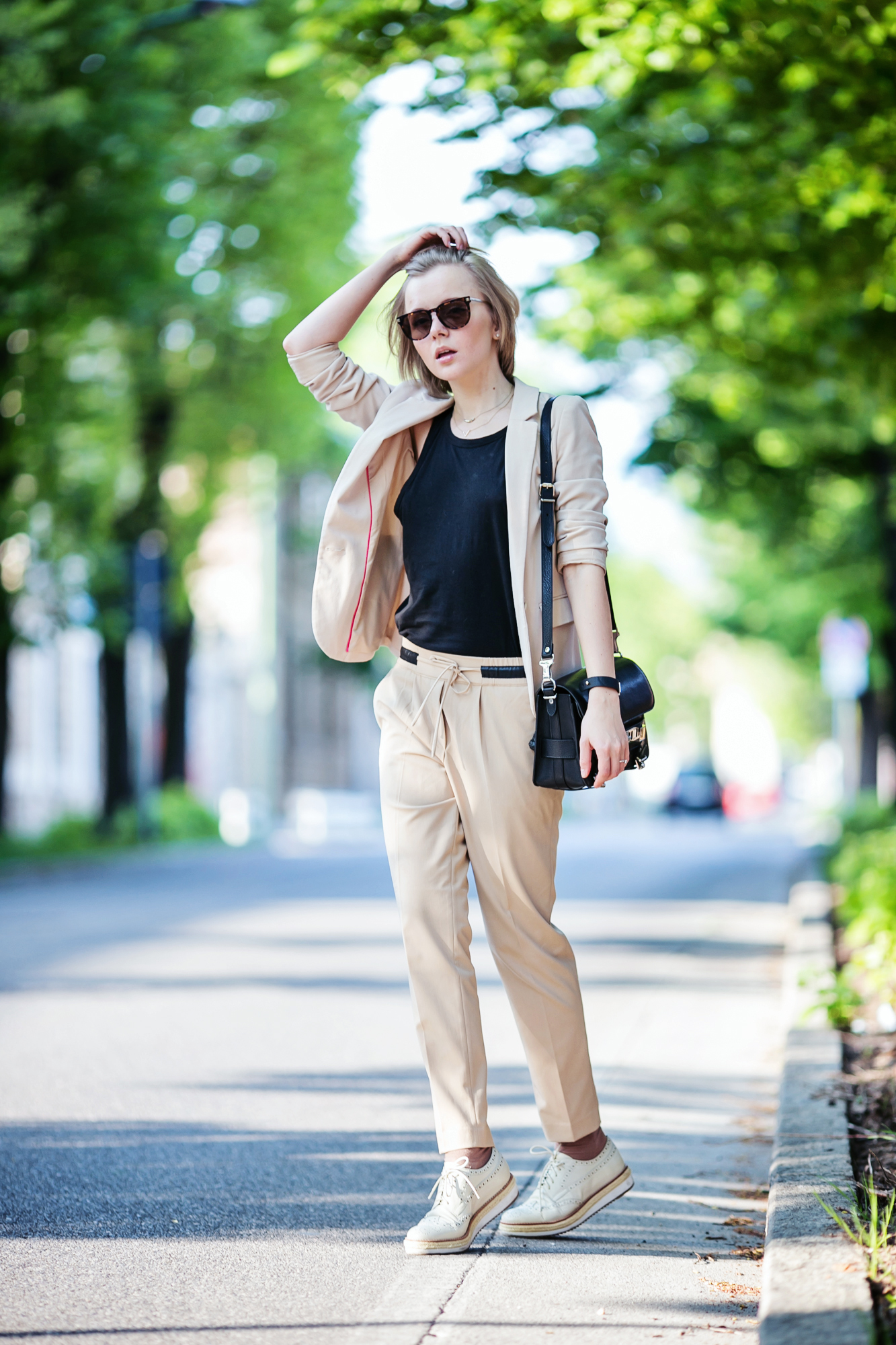 darya kamalova from thecablook com on 1000 chitarre in piazza event in Brescia showing hot to wear a beige suit with pollini brogues and proenza schouler ps11 bag-46 copy