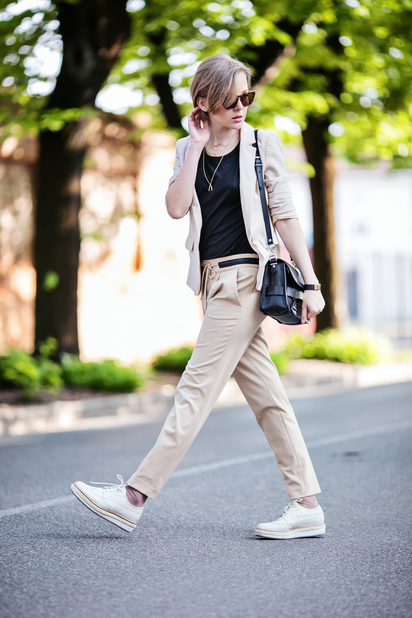 darya kamalova from thecablook com on 1000 chitarre in piazza event in Brescia showing hot to wear a beige suit with pollini brogues and proenza schouler ps11 bag-61 copy