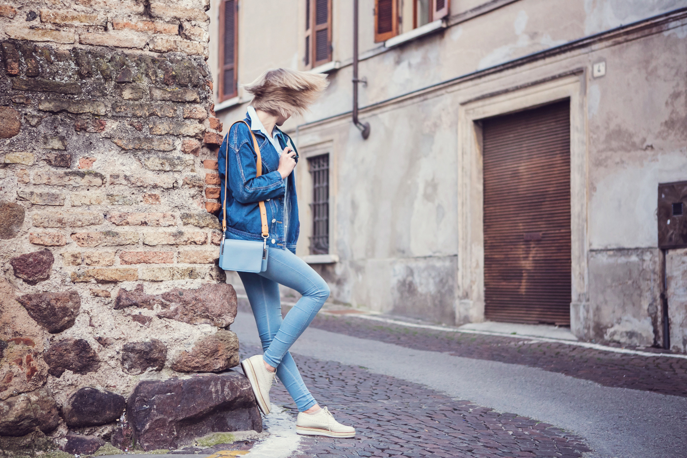 darya kamalova from thecablook com on the vintage flea market in lonato in italy wearing and other stories bag, dr.denim jeans and pollini flatform brogues-33