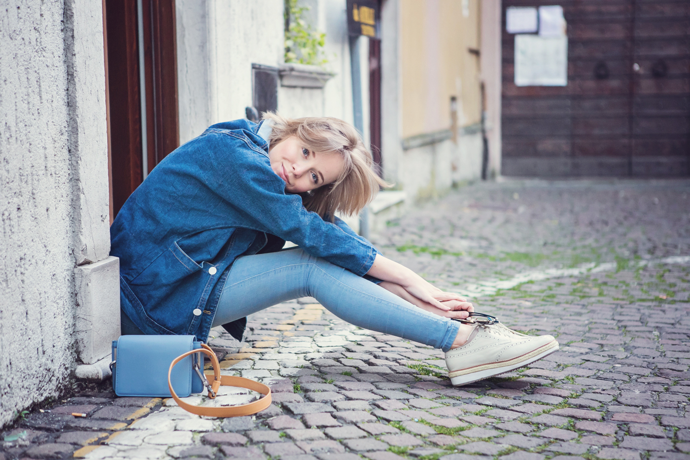 darya kamalova from thecablook com on the vintage flea market in lonato in italy wearing and other stories bag, dr.denim jeans and pollini flatform brogues-38