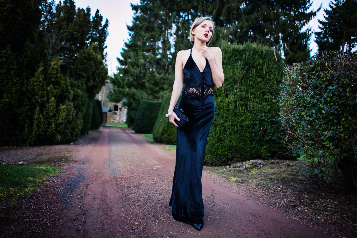 darya kamalova from thecablook com on the wedding in belgium wearing a maxi black dress from jarlo and bottega veneta knot black klutch with zara pearls bracelet_-28 copy