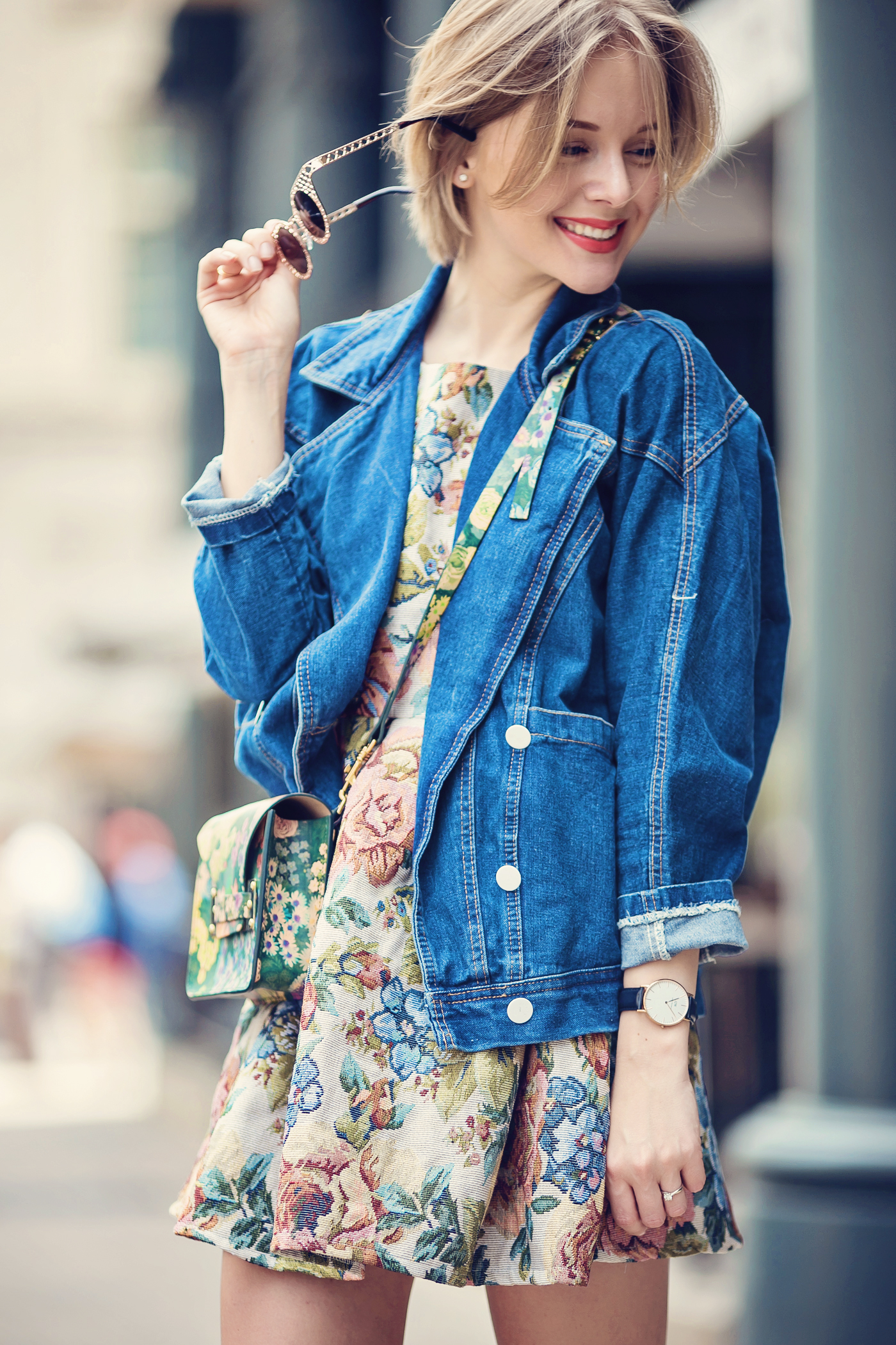 darya kamalova a fashion blogger from thecablook is wearing chicwish dress with denim boyfriend jacket and gold espadrilles with sophie hulme flower bag-46 copy